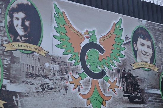 typische muurbeschildering die het verhaal van Belfast omschrijft