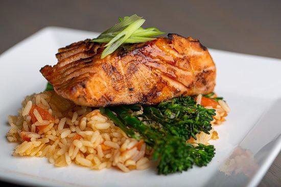 Rive Sud, Caroline du Nord: Scottish Salmon over Spanish Rice with Grilled Broccolini