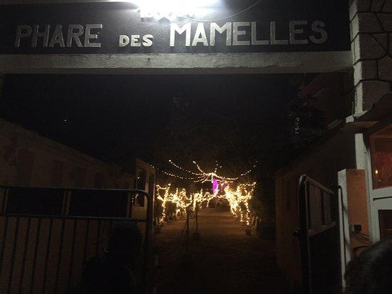 Das Restaurant am Leuchtturm von Dakar bietet gute Speisen zu akzeptablen Preisen.  Gratis ist der Busshuttle vom Fuße des Berges nach Passieren der Sicherheitskräfte.  Beim Lösen der Eintrittskarte ist ein Gratisgetränk inklusive.  Bemerkenswert ist der aufmerksame Service: Verbrauchtes Geschirr wird in der Sekunde von aufmerksamen wie freundlichem Personal sofort abgetragen! Bei unserem Besuch spielte eine tolle afrikanische Band, zu der sich später ein begnadeter Trommler dazu gesellte.