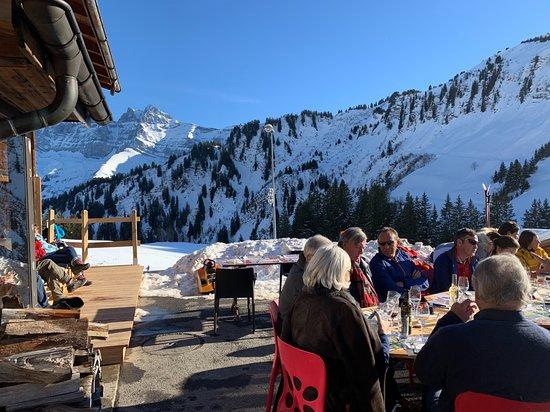 Val-d'Illiez, Schweiz: On bronze en attendant sa pizza.