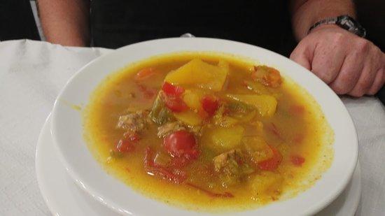 Groenten bouillon soep met rundvlees en aardappelen.