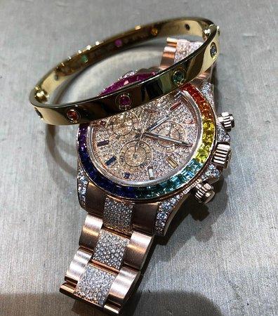 Αμβέρσα, Βέλγιο: Diamond filled Rolex Daytona Rainbow Rosé paired with Boutique D'or Love Bracelette