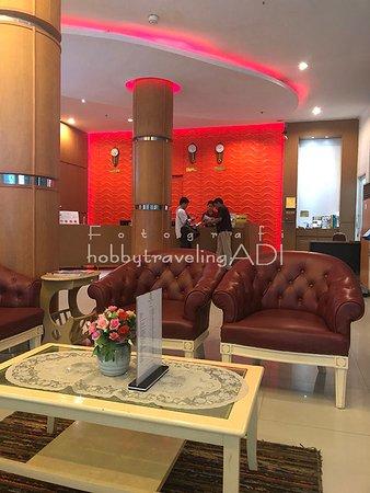 Resepsionis dan Ruang Tunggu Baron Beach Hotel Pattaya Thailand