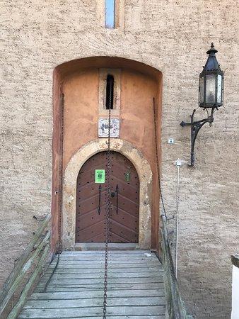Liebstadt, Almanya: Место Великолепное !  Летом здесь похоже вообще очень Сказочно!  Мы остановились практически прямо у замка - вид из окна - как раз на замок !