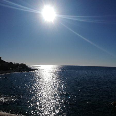 Chiessi, Италия: Vedere l'isola dal mare ha un fascino incredibile, la strada che collega Zanca con Pomonte sembra appesa a un filo, tutto molto suggestivo