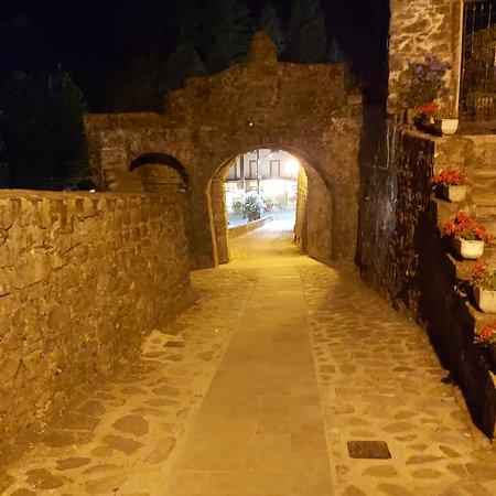 Vista in notturna del antico borgo di Mulazzo ( MS ) Italia
