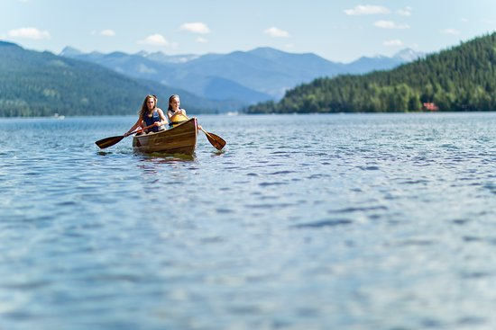 Glacier Country, Монтана: Canoeing in one of the Seeley-Swan area's many lakes.