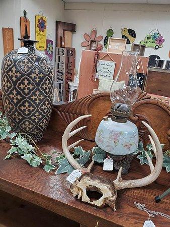 DeWitt, Айова: Emma Rae's Antiques & Uniques, L.L.C.