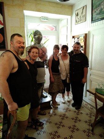 Nozeroy, Frankrike: une equipe sympatique et performante !!!! A gauche de la photo Stephane le chef cuisinier!!!! nous sommes du Pas-de-Calais... decor simple ....mais efficace!!!!!