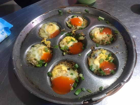 Evening Food Tour with Girl Power Riders in Ho Chi Minh City | Kiss Tours: Huevos con caracoles en Mam Sua