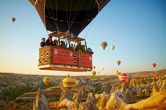 カッパドキアの妖精の煙突を上空から眺める1時間の熱気球飛行