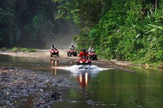 コスタリカの熱帯雨林を通る3時間のATVツアー