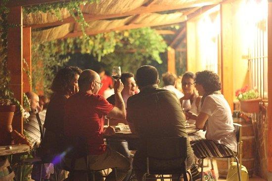 導遊參觀葡萄園和酒窖,品嚐最後的葡萄酒