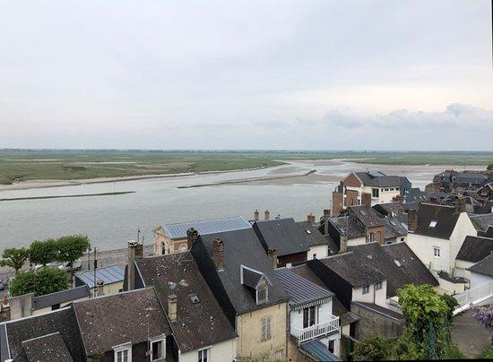 Baie de Somme - depuis les hauteurs de Saint-Valéry, les toits & la baie au loin, vue 2