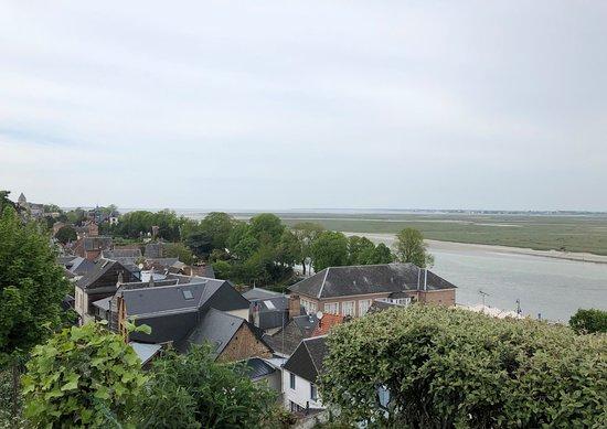 Baie de Somme - depuis les hauteurs de Saint-Valéry, les toits & la baie au loin, vue 3