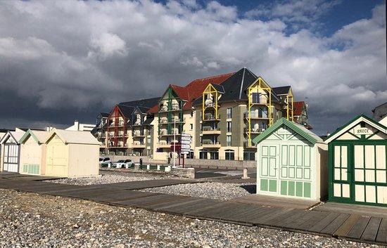 Baie de Somme - Cayeux sur Mer, immeubles de bord de mer et cabines de plage