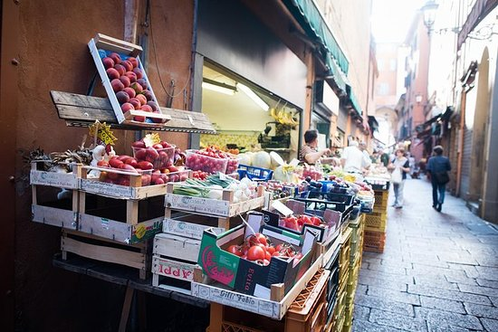 Private market tour, lunch or dinner and cooking demo in Trento Resmi