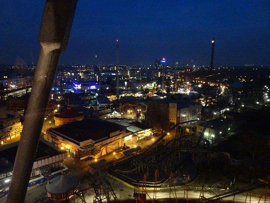Parque de atracciones moderno con historia