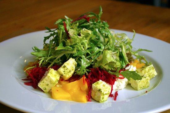 Per Te Restaurant: Salát s mangem a balkánským sýrem