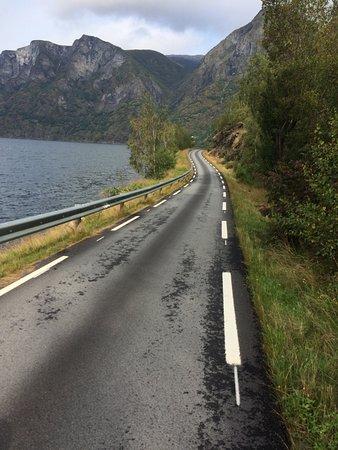 Sogne Municipality, นอร์เวย์: Der SogneFjord ist über 200 km lang. Einige Strassen folgen dem Fjord. traumhaft, und mit September 18 Grad und 30 % Regen wahrlich ein Genuss