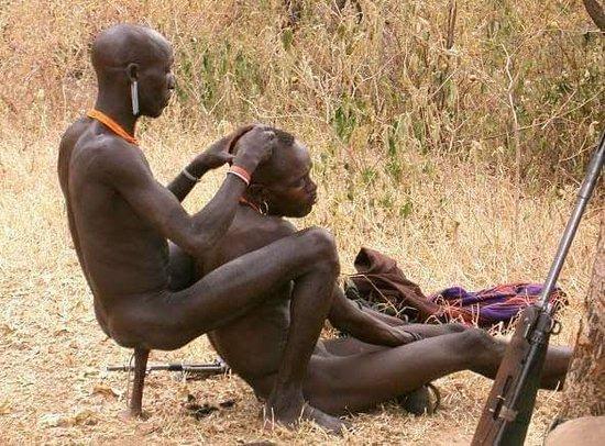 Jinka, เอธิโอเปีย: Hammer men making hair style