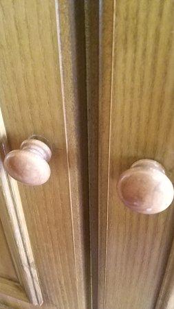 Τα πόμολα στις ντουλάπες διαλυμένα.