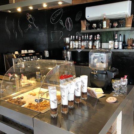 Ein gemütliches kleines Café mit leckeren Kaffeespezialitäten und Softeis.