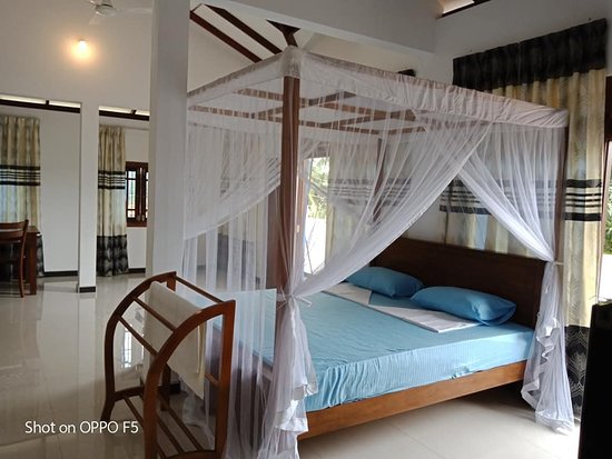 Tangalle, Sri Lanka: Master bed room ( king size) with mosquito net and fans