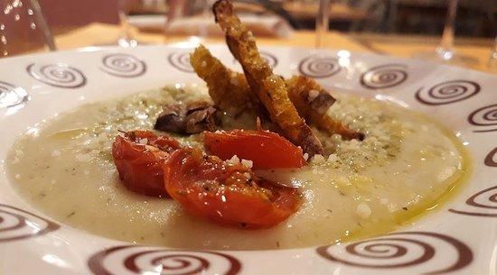 Vellutata di patate bianche di Pietralunga, pane alla curcuma brusco e pomodorini infornati