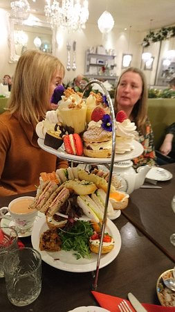 Six afternoon tea and a few cake boxes to take left overs