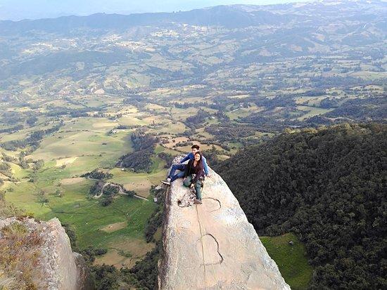 Piedra colgada Susa Cundinamarca Colombia, con Kaminantes, senderismo interpretativo!!