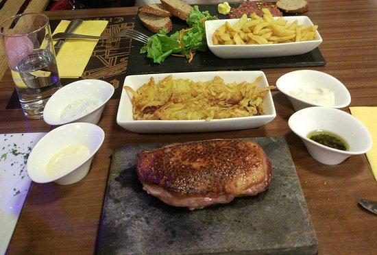Les Collons, İsviçre: Ente auf heißem Stein und Tartare, wurde sehr appetitlich serviert