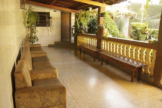Varanda - Excelentes espaços de uso compartilhado em uma casa bastante imponente no centro de Tambaú-SP