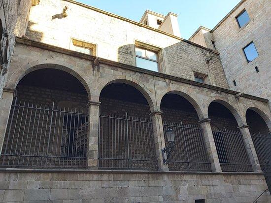 Frente a una puerta lateral de la Catedral