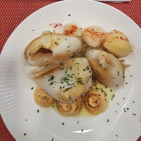 Comida deliciosa, servida en su punto exacto de cocción. Los platos son: falso rissotto, arroz meloso de bogavante, calamar y sándwich mixto. Excelente servicio y atención eficaz.