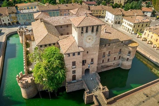Castles and medieval town private guided tour, from Milan