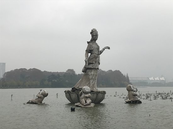 Half Day Private Tour to Zhaojialou Ancient Town with Lunch and Boat Ride: Lake statue