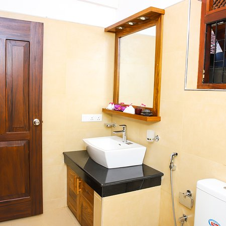 Bathroom from the deluxe double rooms and Apartments in the Main Building