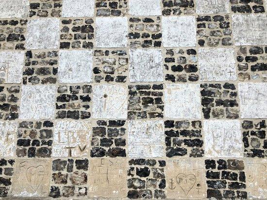 Chapelle Saint-Valery, dite Chapelle des Marins - Mur en damier de pierres blanches & silex noirs typique de la région, vue 1