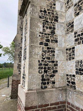 Chapelle Saint-Valery, dite Chapelle des Marins - Contrefort & mur en damier de pierres blanches & silex noirs typique de la région, vue 2
