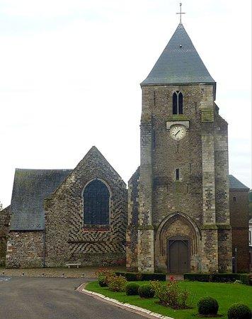 Eglise Saint-Martin - Façade de l'église sur la place éponyme, vue 2
