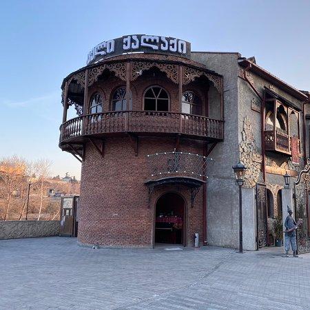 """Тбилисский ресторанчик """"Dzveli Qalaqi"""" на Куре! Очень атмосферное место, вдали от туристической зоны! Очень вкусно, цены приятно удивят! Рекомендую всем для посеменив!"""