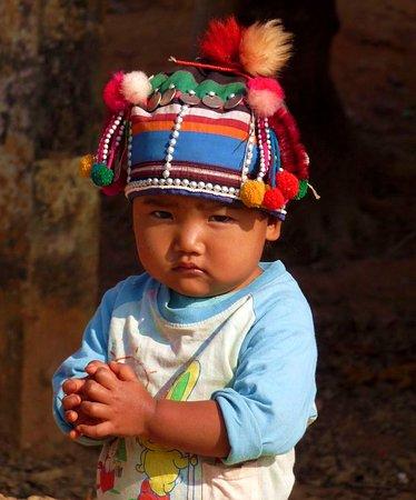 Провинция Чианграй, Таиланд: Tijdens onze rondreis Thailand zagen we dit schattig Akha mannetje ten noorden van Chang Rai. Adorable little Akha boy in a village in the Chiang Rai Region when we made a roundtrip Thailand.