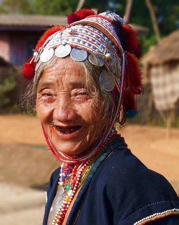 Провинция Чианграй, Таиланд: Tijdens onze rondreis Thaliand zagen we dit mooie kleine Akha vrouwtje van amper 1.50 m ten noorden van Chiang Rai.  This beautiful very little woman we saw during our roundtrip Thailand in the North region of Chiang Rai.