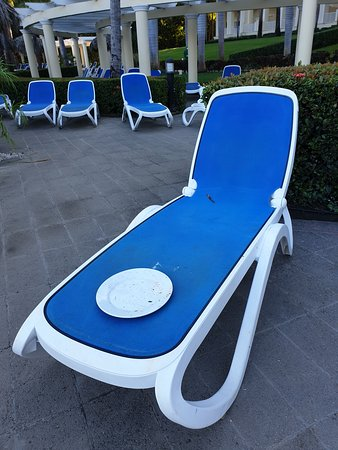 - never cleaned the pool area during the night, full of discarded dirty barrels or glass in the morning  - Dirty and unpleasant beach chairs around the pool area. The Little the associated plastic tables must be cleaned  by yourself in order to do be able to use it