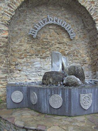 Lahnstein, Nemačka: Der Münz - Brunnen, an der Stadt-Mauer.