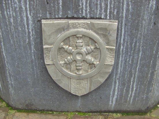 Der Münz - Brunnen, an der Stadt-Mauer. Stadt - Wappen von Lahnstein.