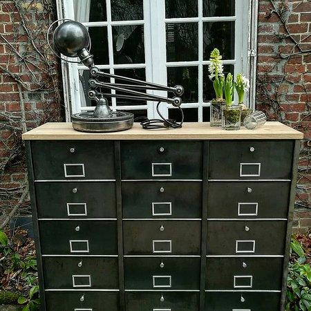 Morgny, France: Ancien meuble clapet métal 3 colonnes entièrement restauré par nos soins. Disponible.