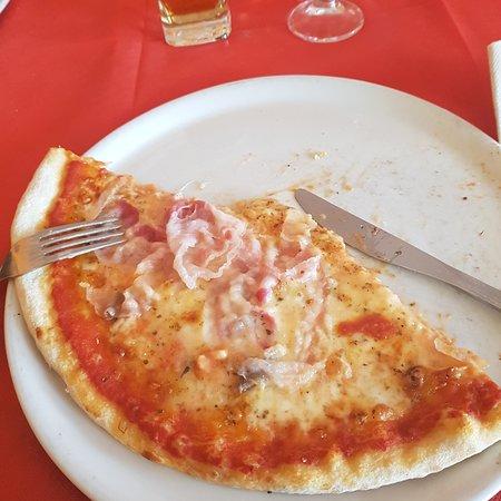 Napoli con Zola e pancetta in uscita. Pizzeria Jerri's  a Bagnaria.