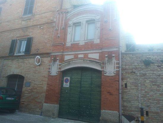 Montelupone, Taliansko: Facciata di abitazione in stile liberty